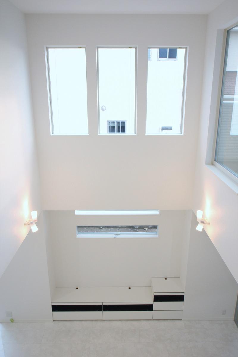 天井が高い白い家